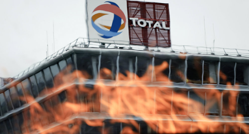 Uganda grants 8 oil production licenses to Total, Tullow